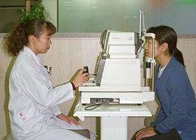 圧縮した空気を吹き付けて眼圧を測定します